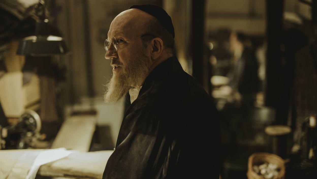 W spektaklu występują także: Artur Barciś, który odtwarza postać Leona, krawca Załmana... (fot. S. Loba/TVP)
