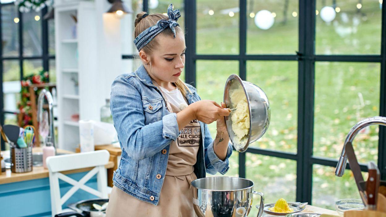 Żeby ciasto wyszło z miski trzeba zastosować prawo ciążenia (fot. TVP)