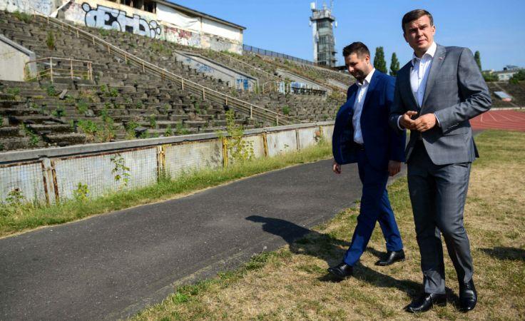 Wiceminister sprawiedliwości, kandydat na prezydenta Warszawy Patryk Jaki  i minister sportu i turystyki Witold Bańka podczas konferencji prasowej na stadionie Skry. Fot: PAP/Jakub Kamiński