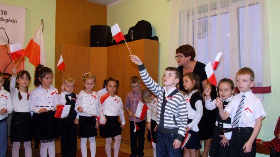 Mikołaj, wnuczek Bożeny Sas, z przedszkolakami na pierwszym występie publicznym w GOK Nowa Wieś Wielka