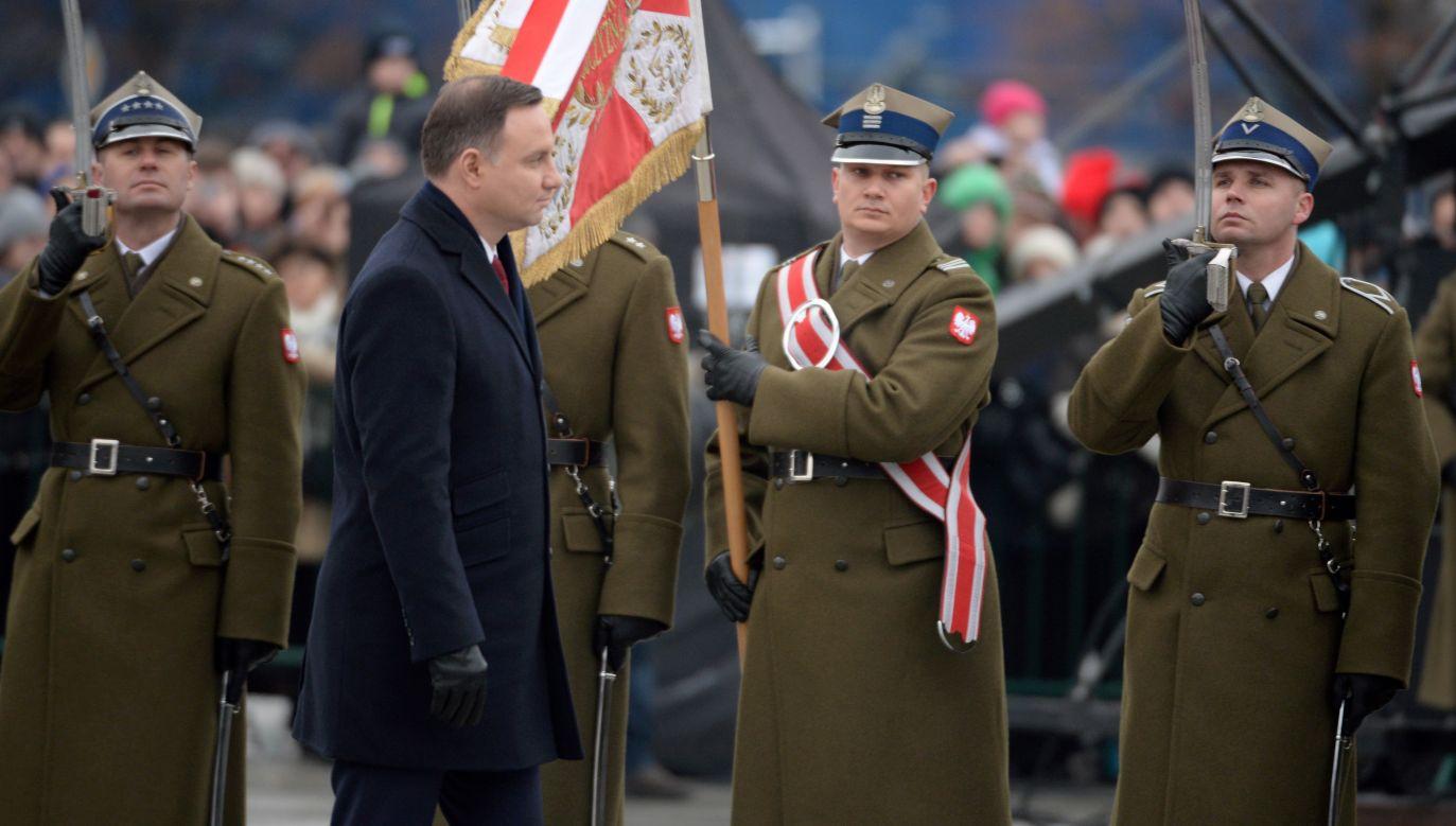Prezydent Andrzej Duda podczas uroczystej odprawy wart przed Grobem Nieznanego Żołnierza (fot. PAP/Jacek Turczyk)