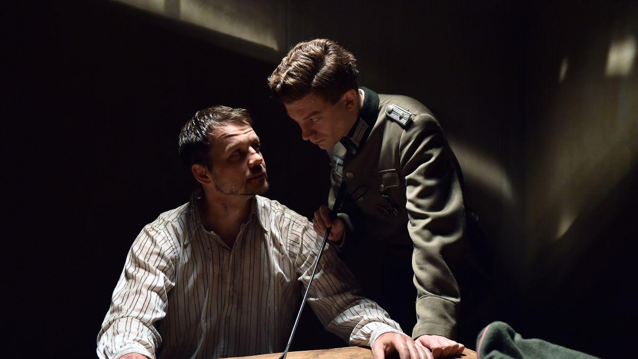 W teatrze nie zabraknie realistycznych scen przesłuchań w wykonaniu Lesława Żurka i Krzysztofa Sobieszczaka (fot. I. Sobieszczuk\TVP)
