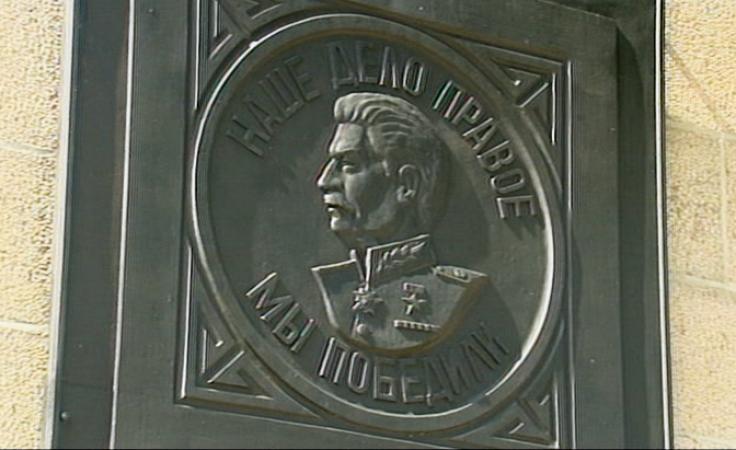 Popiersie Stalina nadal będzie wisiało przed cmentarzem
