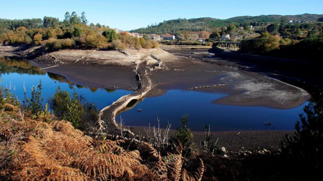 Pusty zbiornik Eiras, jedno z głównych źródeł zaopatrzenia w wodę miasta Vigo w Hiszpanii (fot. PAP/EPA / SALVADOR)