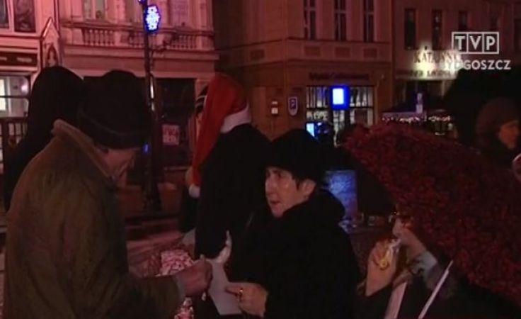 Mimo deszczu bydgoszczanie przyszli tłumnie na Stary Rynek, by złożyć sobie życzenia świąteczne i skosztować wigilijnych potraw