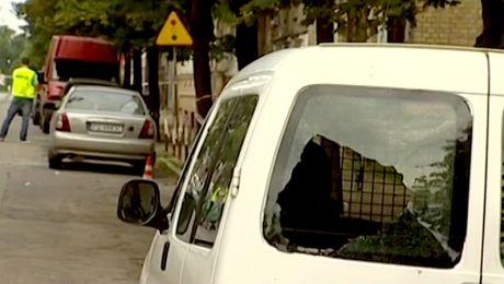 Jeden ze zdemolowanych samochodów (fot. TVP)