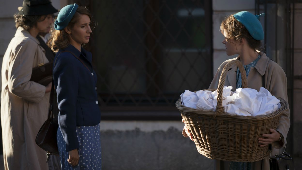 Wzburzona Marysia mówi Irce, że więcej do niego nie pójdzie. Wracając do domu, spotyka dwie małe sierotki, które zabiera do Klarysewa (fot. TVP)