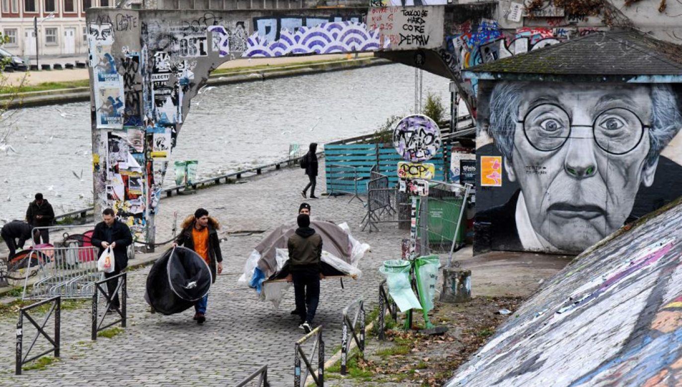 Migranci przebywają w ośrodkach, ale również koczują, m.in. w Paryżu (fot. Nedim/Anadolu Agency/Getty Images)
