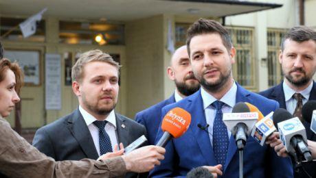 Kandydat Zjednoczonej Prawicy na prezydenta Warszawy Patryk Jaki podczas konferencji prasowej. PAP/Radek Pietruszka