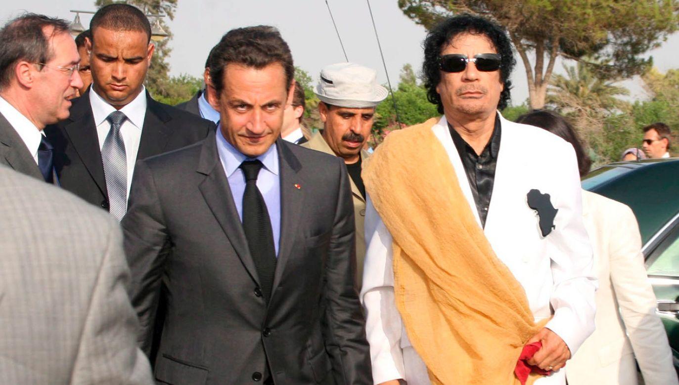 Były prezydent Francji Nicolas Sarkozy, libijski dyktator Muammar Kaddafi (fot.  PAP/EPA/SABRI ELMHEDWI)