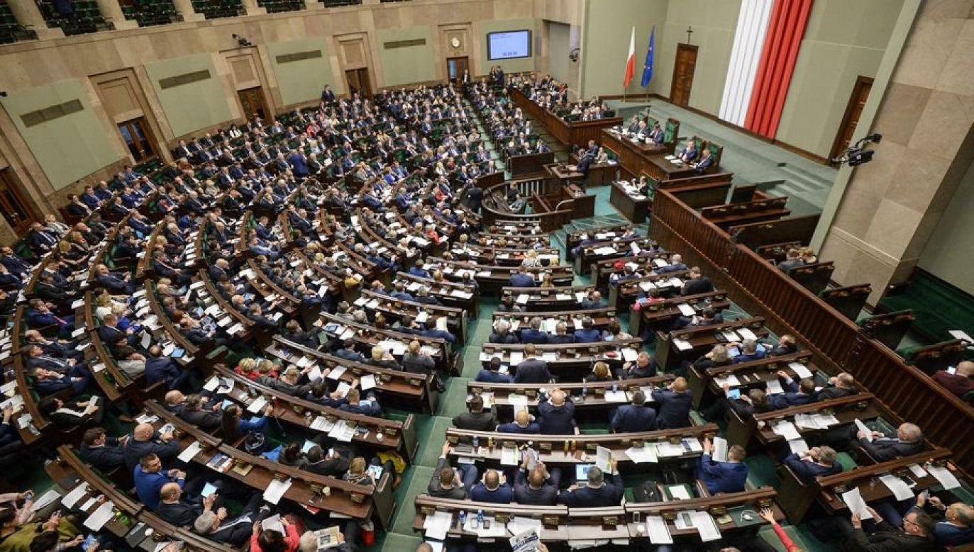 PiS mogłoby liczyć na 284 posłów, co pozwoliłoby mu na samodzielne odrzucenie prezydenckiego weta (fot. arch.PAP/Marcin Obara)