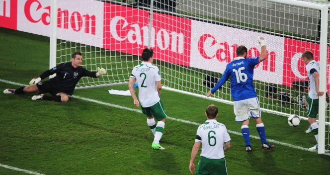 Damien Duff nie zdołał wybić piłki po strzale Antonio Cassano (fot. Getty Images)