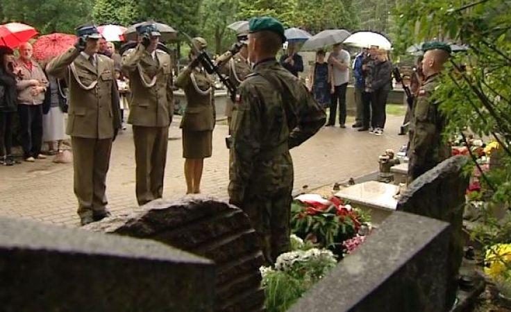 Najbliżsi oraz lokalne władze złożyły kwiaty na grobie na cmentarzu Agrykola