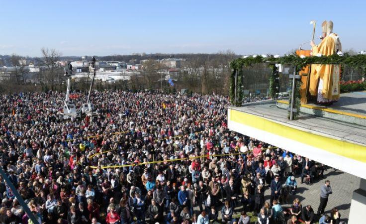 W głównej mszy św. sprawowanej przy ołtarzu polowym uczestniczyło  ponad 50 tys. osób                (fot. PAP/Jacek Bednarczyk)