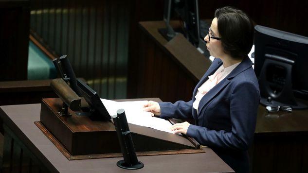 Podsekretarz stanu w KPRP Anna Surówka-Pasek przedstawia projekt nowej ustawy o Sądzie Najwyższym autorstwa prezydenta Andrzeja Dudy, podczas posiedzenia Sejmu (fot. PAP/Tomasz Gzell)