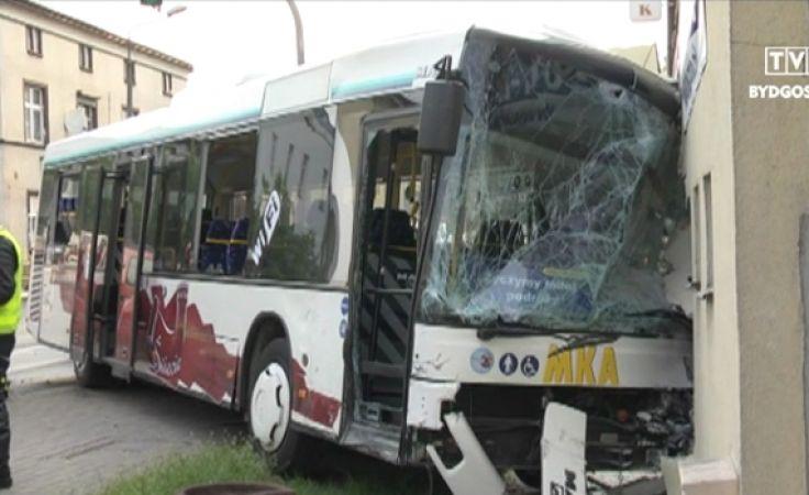 Autobus wbił się w ścianę budynku