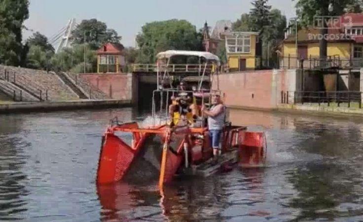 Kombajn rzeczny bagruje Brdę w Bydgoszczy
