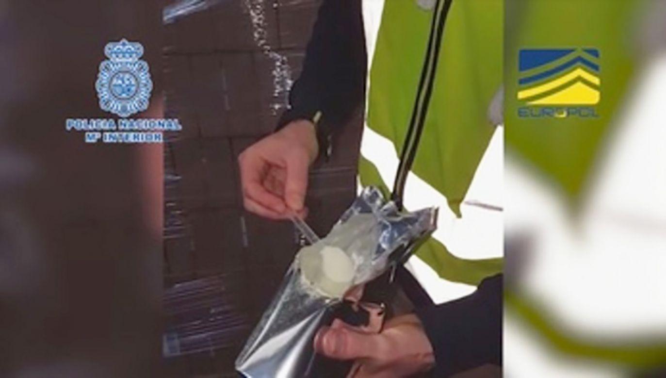Funkcjonariusze przejęli 8 ton mleka w proszku dla dzieci (fot. PAP/EPA/SPANISH NATIONAL POLICE DPT.)