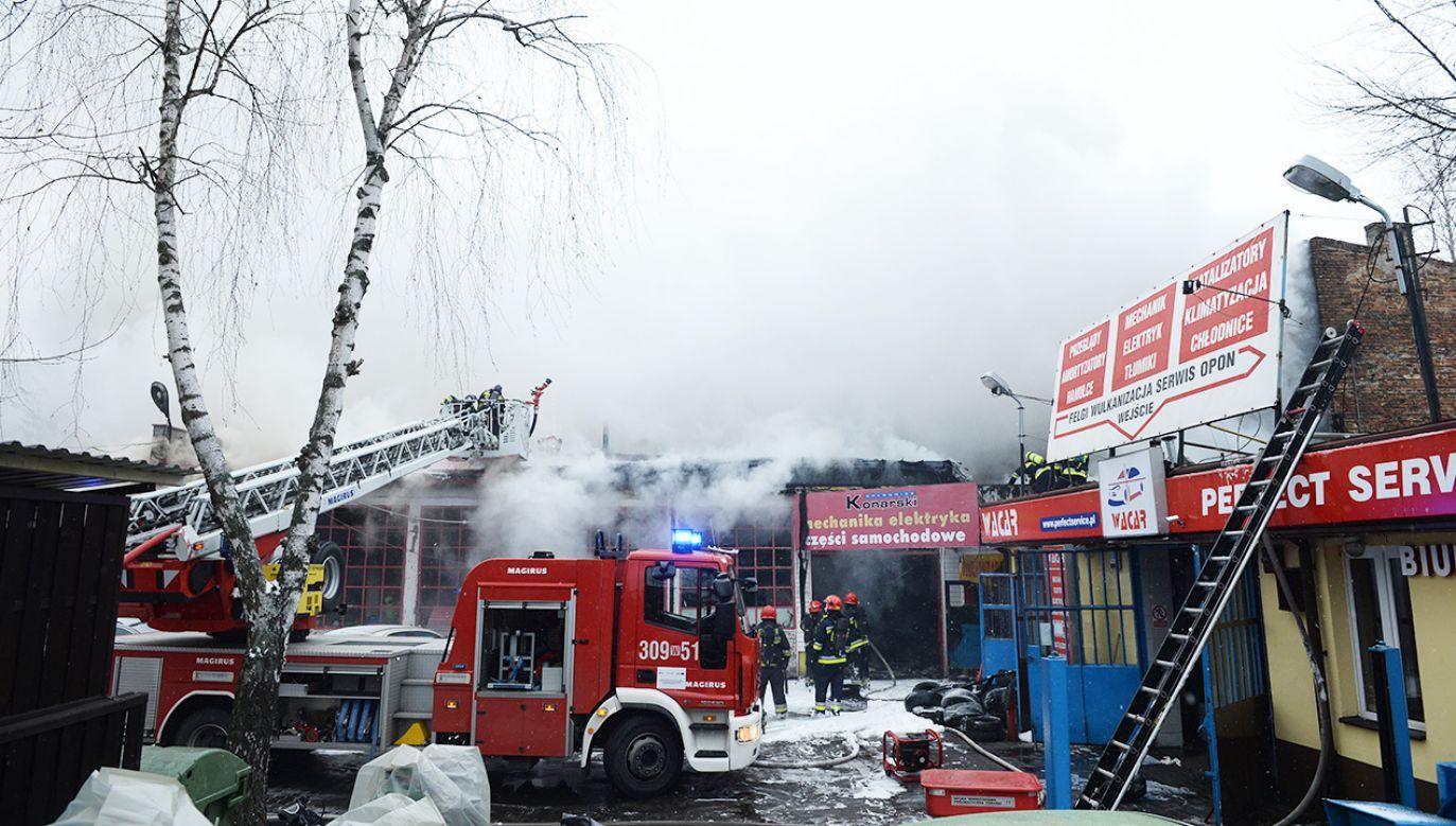 Pożar warsztatu samochodowego przy ulicy Racławickiej w Warszawie (fot. PAP/Jacek Turczyk)