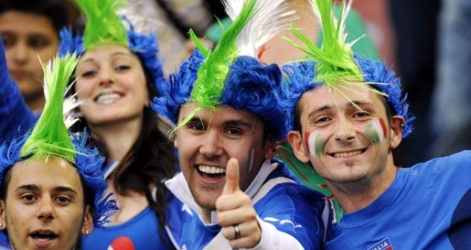 Włoscy kibice mimo porażki nie tracili humoru (fot. PAP/EPA)