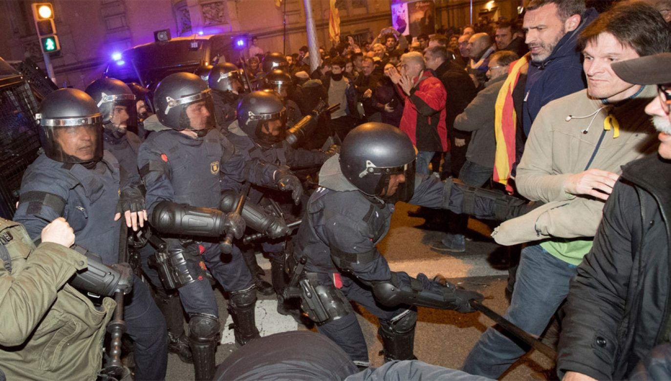 Policja użyła pałek, by nie dopuścić demonstrantów do budynku prefektury (fot. PAP/EPA/MARTA PEREZ)