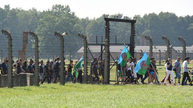 Romowie na terenie podobozu cygańskiego byłego obozu zagłady KL Auschwitz - Birkenau (fot. arch.PAP/Jacek Bednarczyk)