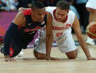 Marouan Kechrid i Tyson Chandler walczą o piłkę (fot. Getty Images)