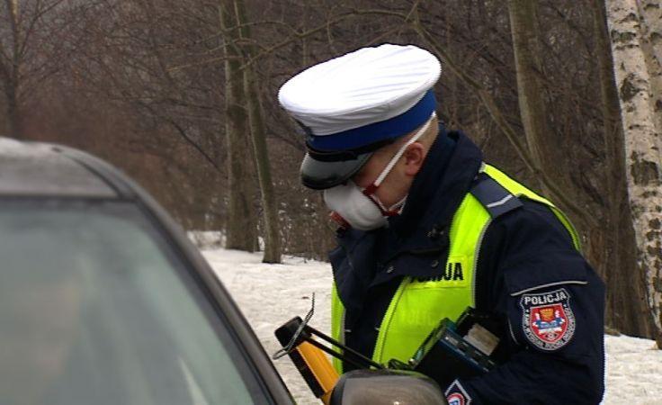 Policjanci w maskach