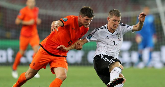 Klaas Jan Huntelaar zatrzymywany przez Bastiana Schweinsteigera (fot. Getty Images)