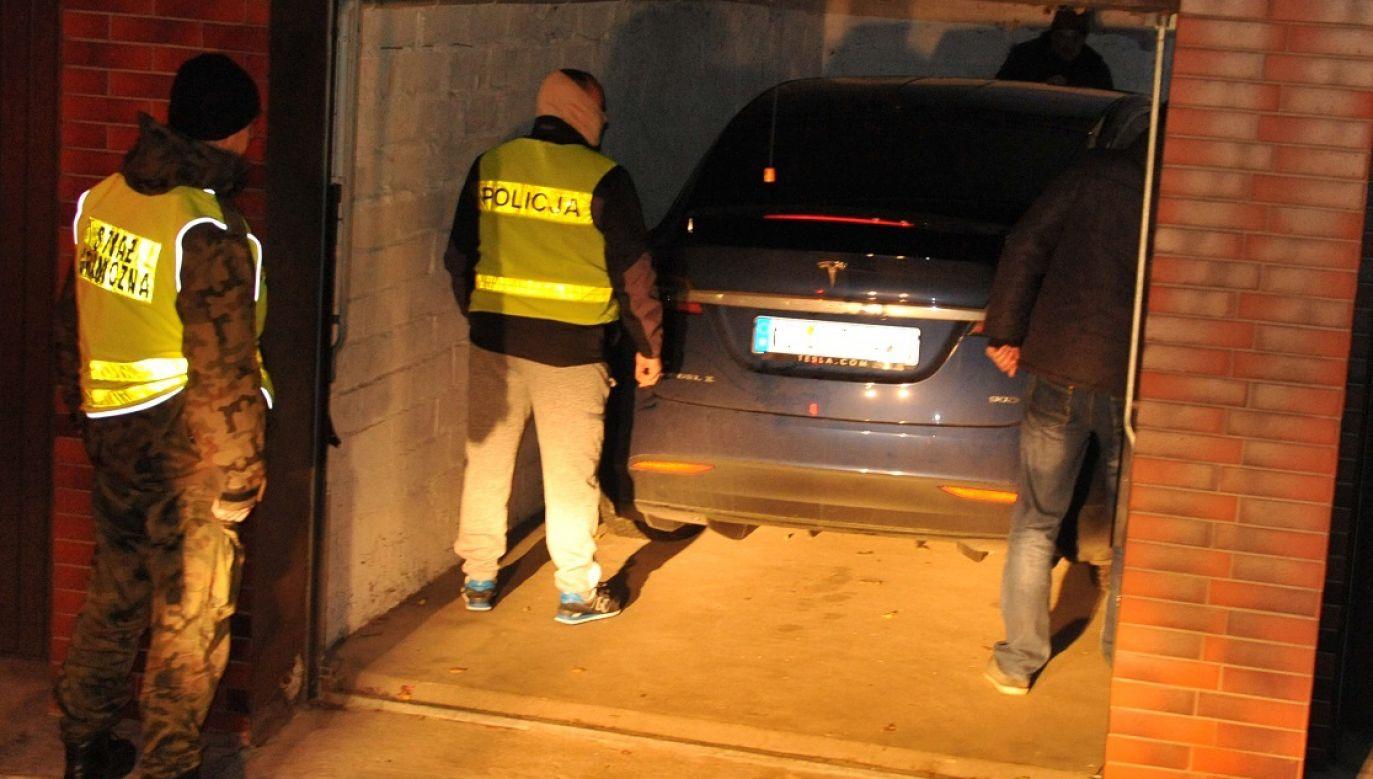 Złodzieje ukryli Teslę X w garażu w centrum miasta (fot. zachodniopomorska.policja)