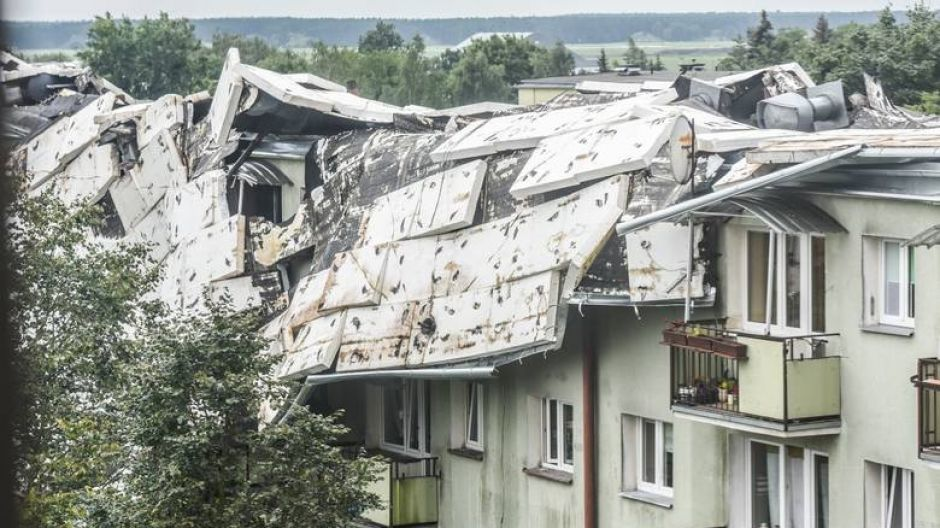 Zerwany dach na bloku przy ul. Okrzei 1 na bydgoskim Błoniu (fot. nadesłane Collkulka)