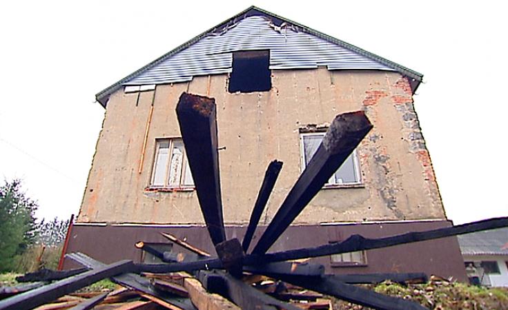 Chcieli być rodziną zastepczą, ale stracili dom w pożarze