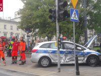 Wypadek w centrum Warszawy. Mocno uszkodzony policyjny radiowóz
