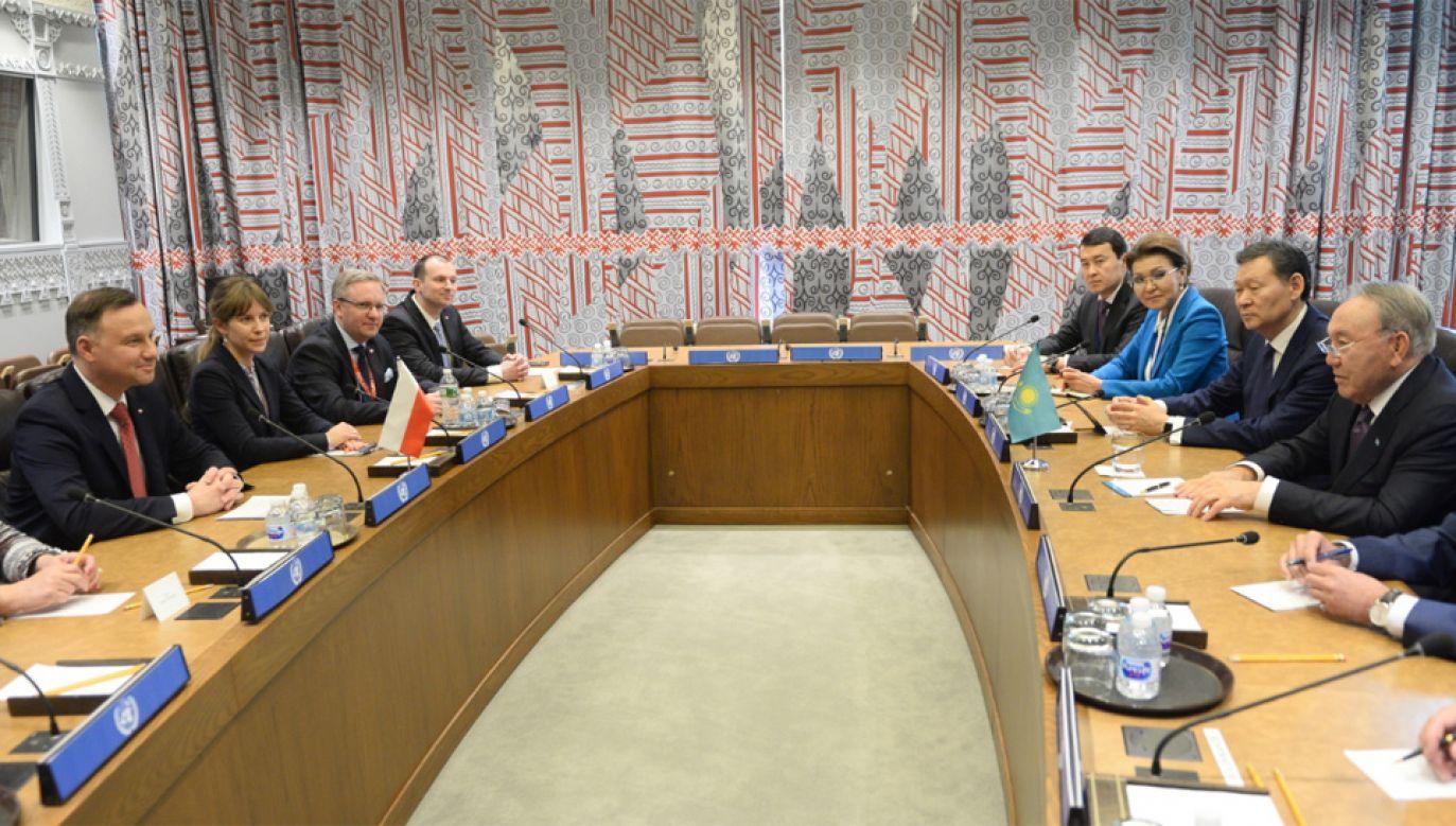 Prezydent Andrzej Duda (L) i prezydent Kazachstanu Nursułtan Nazarbajew (P) raz z delegacjami podczas spotkania po debacie w RB ONZ (fot. PAP/Jacek Turczyk)
