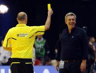 Szkoleniowiec Francuzów Claude Onesta został ukarany żółtą kartką (fot. PAP/EPA)