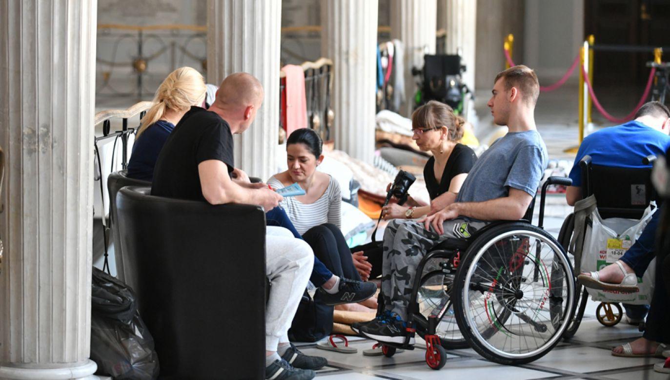 W  Sejmie protestują rodzice i opiekunowie osób niepełnosprawnych wraz ich podopiecznymi (fot.  PAP/Bartłomiej Zborowski)