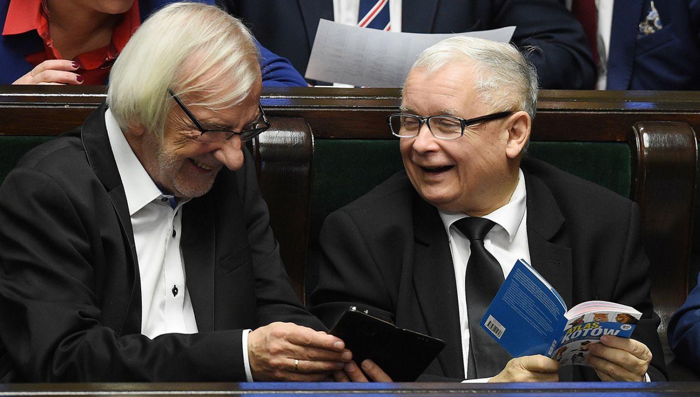 Prezes PiS Jarosław Kaczyński (P) i wicemarszałek Sejmu Ryszard Terlecki (L) na sali sejmowej (fot. PAP/Radek Pietruszka)
