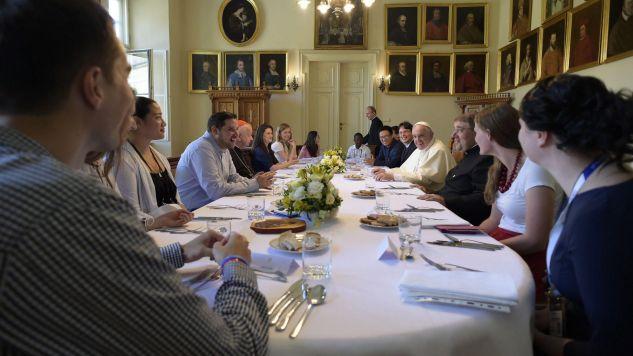 Pielgrzymi z papieżem na obiedzie (fot. PAP/EPA/OSSERVATORE ROMANO / HANDOUT)