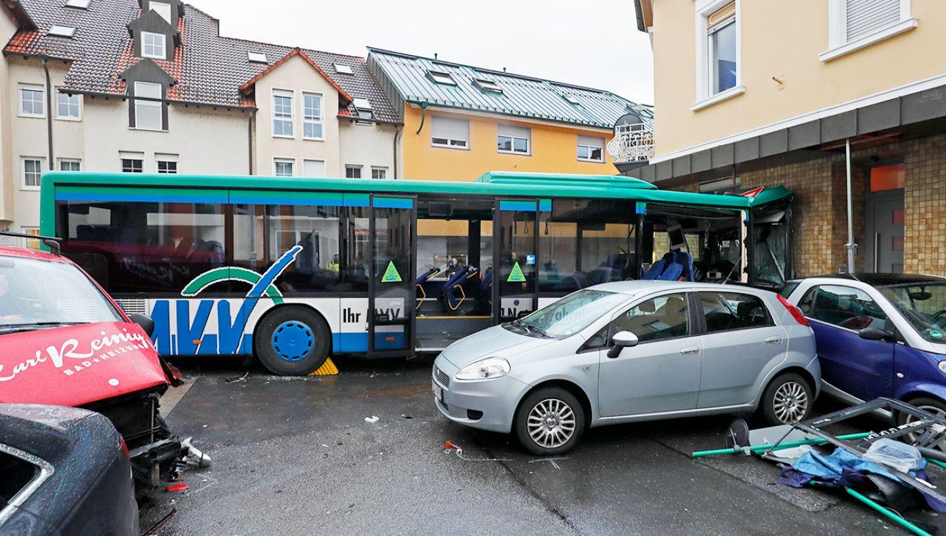 Przed uderzeniem w ścianę domu autobus nie hamował (fot. PAP/EPA/RONALD WITTEK)