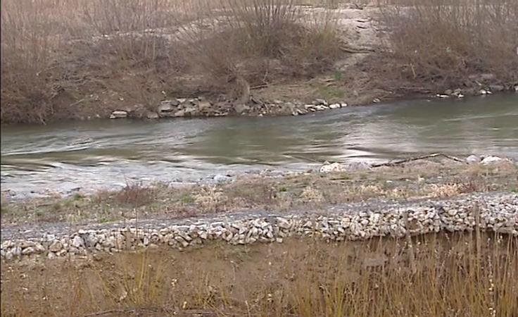 Osunął  brzeg rzeki, co poważnie zagraża wałowi przeciwpowodziowemu.