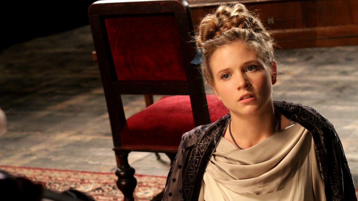 Spragnioną wiedzy o świecie młodą Szwajcarkę zagrała Eliza Rycembel (fot. TVP)