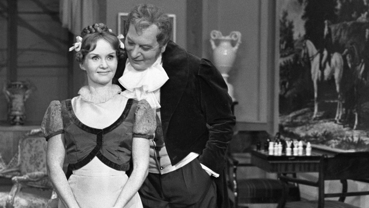 """W 1964 roku ponownie wystąpiła w adaptacji dzieła Aleksandra Fredry. Tym razem zagrała Justysię w sztuce """"Mąż i żona"""" (fot.TVP)"""