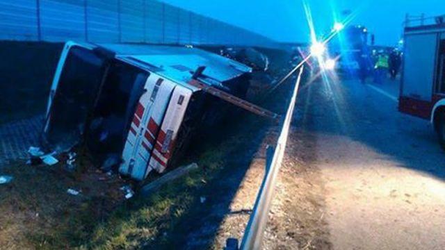 Autokar wpadł do rowu na autostradzie A2. 15 osób rannych