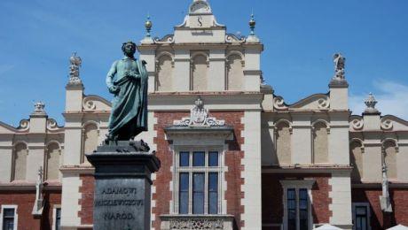 Pomnik jest ulubionym miejscem spotkań krakowian i turystów, którzy chętnie umawiają się