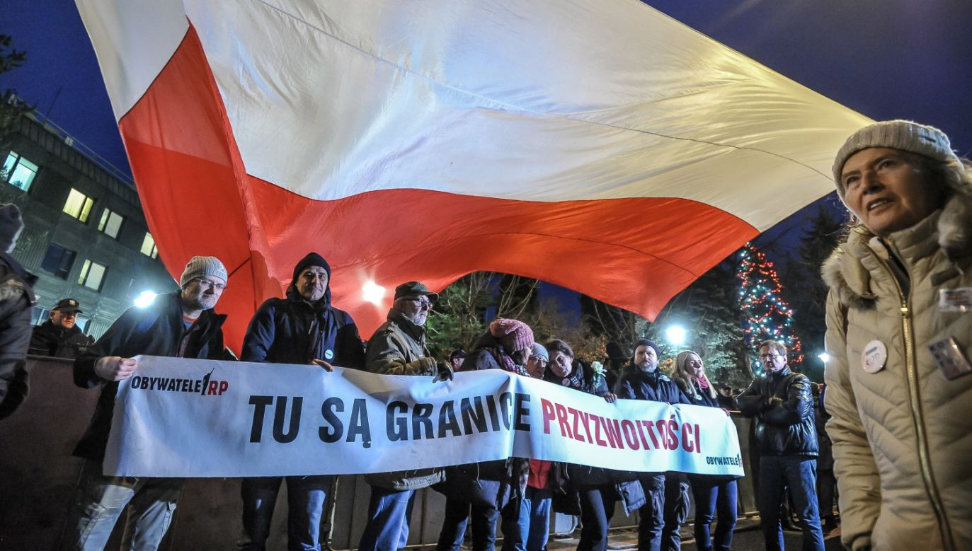 Goście TVP komentowali agresywne zachowania uczestników protestów (fot. PAP/Marcin Obara)