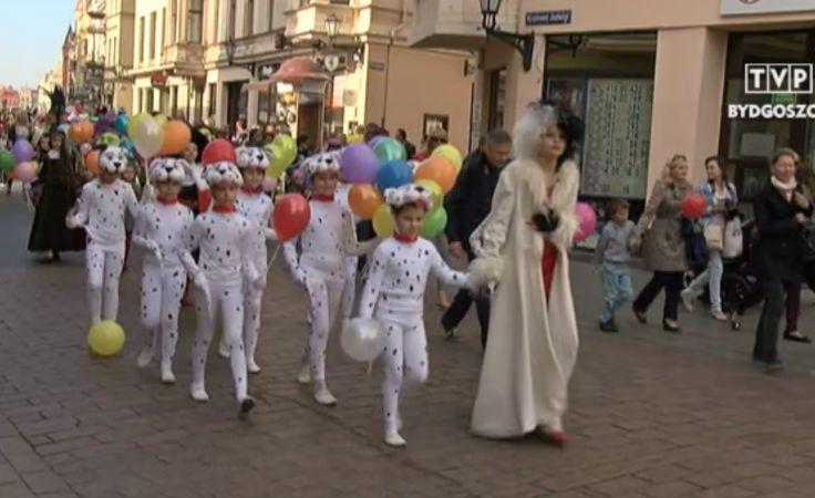 Uroczysta parada ulicami Torunia
