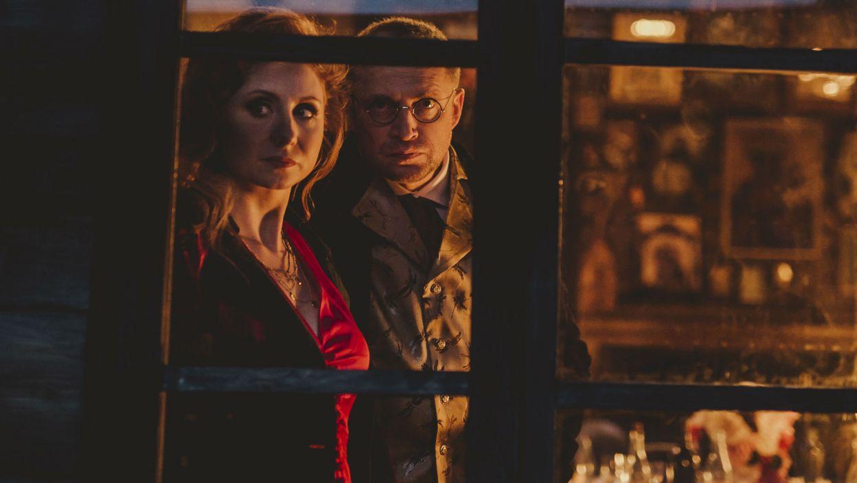 """Flirtujący z Rachelą (Olga Sarzyńska) Poeta zaprasza do weselnej chaty """"wszystkie dziwy""""... (fot. Stanisław Loba)"""