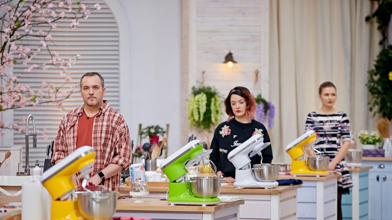 Kolejne zadanie to tradycyjny wypiek regionalny z rodzinnych stron – każdy robi więc inne danie (fot. TVP)
