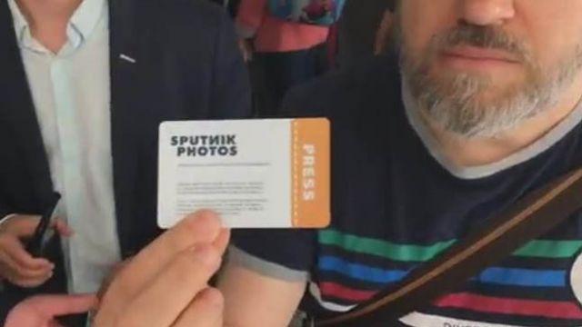 Poseł PO do dziennikarza Sputnika: Ja wpuszczam dziewczyny, a pan walczy z legitymacją prasową