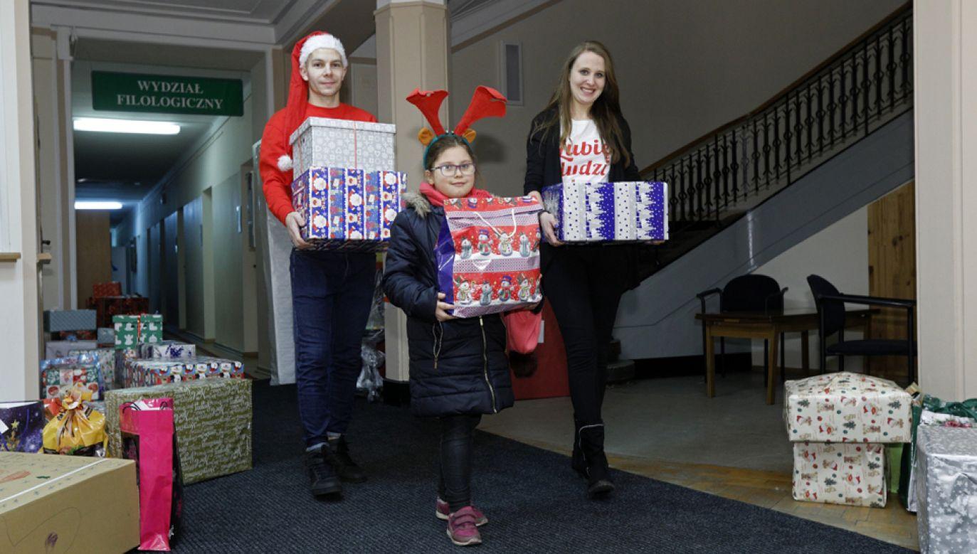 W tym roku paczki trafią do ponad 20 tys. potrzebujących rodzin (fot. PAP/Artur Reszko)